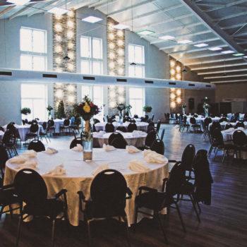 aqualux Wellness und Tagungshotel Bad Salzschlirf Eventhalle eingedeckte Tische 2